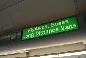フライアウェイの乗り場はこの表示の下です。バス乗り場の上の方にこの表示があります